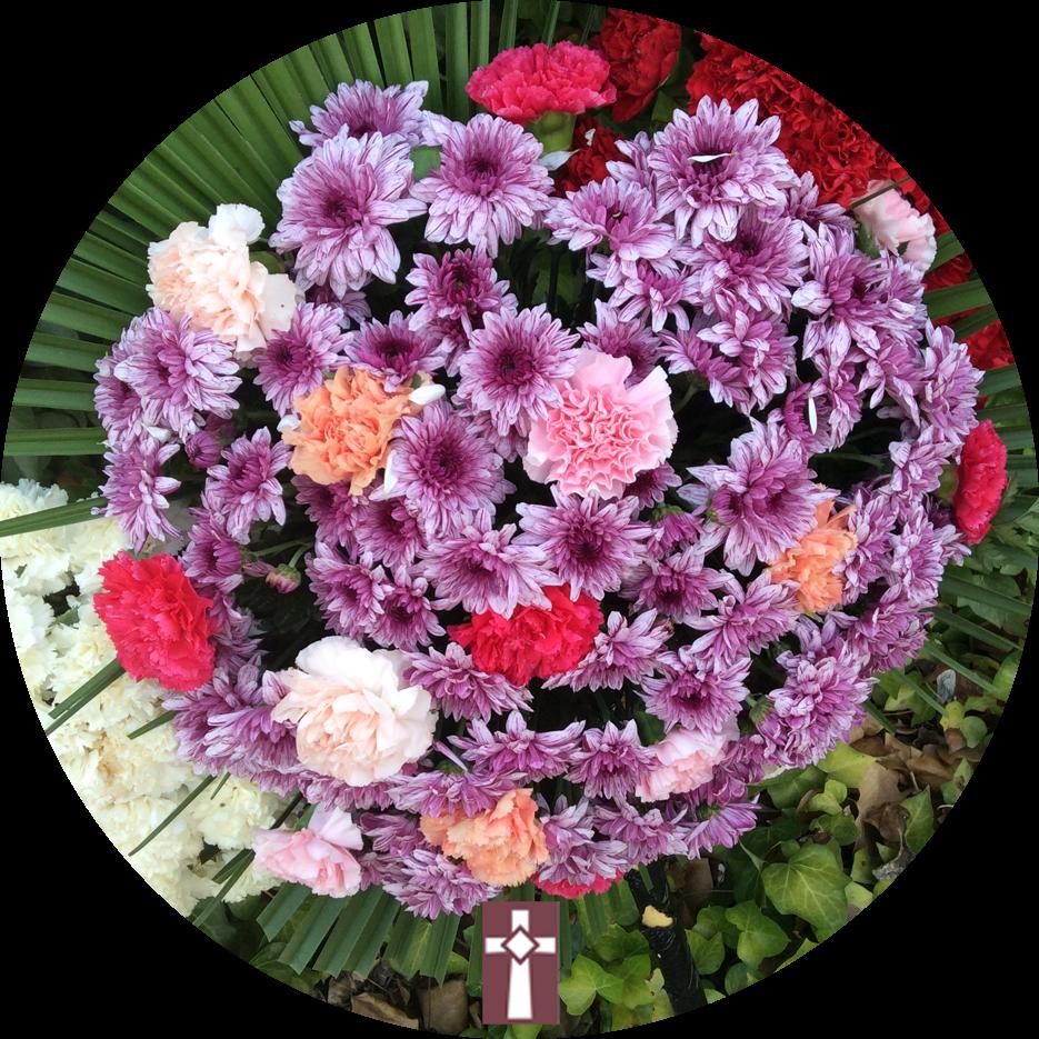 Corona Especial, en flor natural. Dimensiones: Aro de 100cm de diámetro con tres centros de flor variada.